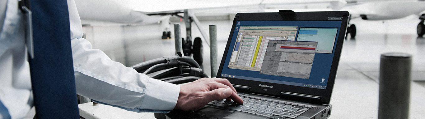 Spécialiste des réseaux sans fil en train de configurer une installation à l'aide de son ordinateur
