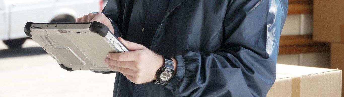 Agent de sécurité réalisant un contrôle à l'aide d'une tablette durcie