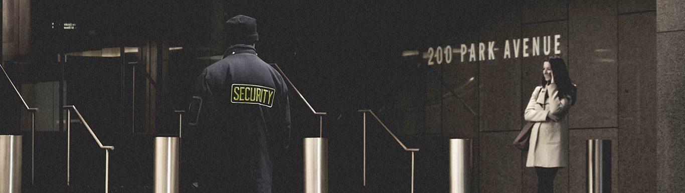 Portiques de sécurité dans le hall d'un immeuble