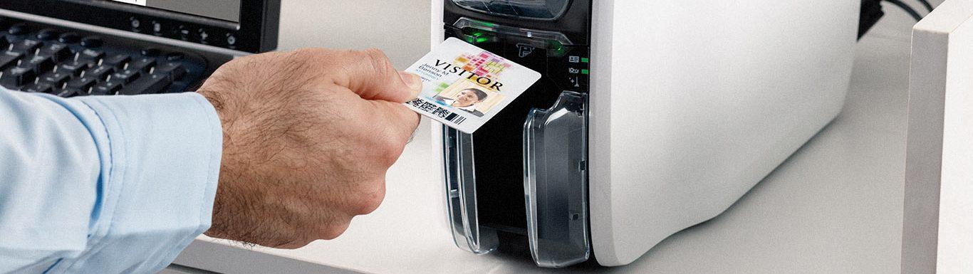 Imprimante de badges plastiques en cours d'utilisation