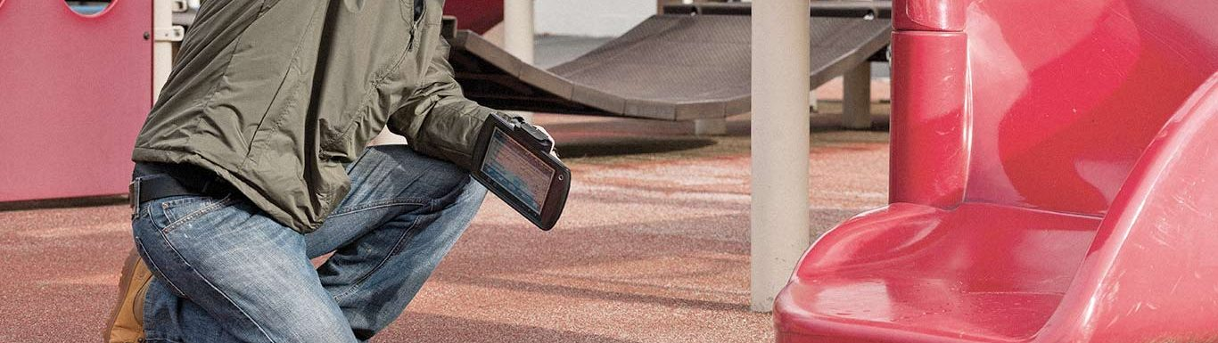 Opérateur contrôlant une installation dans une aire de jeux pour enfants