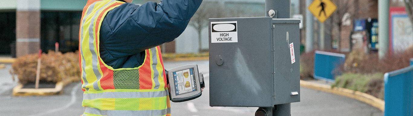 Opérateur effectuant une opération de maintenance à l'aide d'une tablette professionnelle